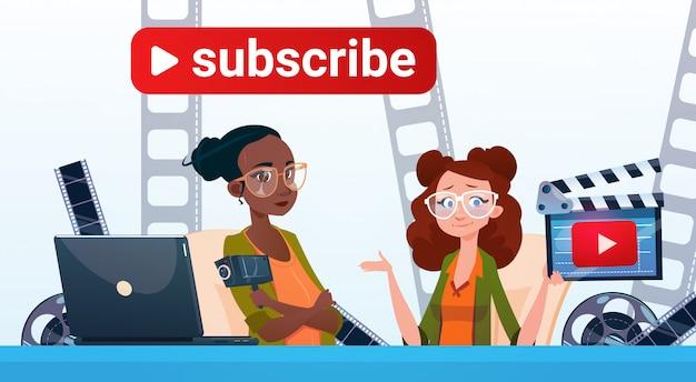 O blogue video do córrego em linha de dois woman que blogging subscreve o conceito