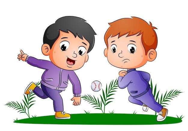O casal de meninos está jogando beisebol e tentando pegar a bola da ilustração