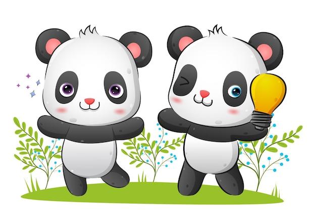 O casal de pandas inteligentes está tendo a ideia enquanto segura a ilustração da lâmpada de volta