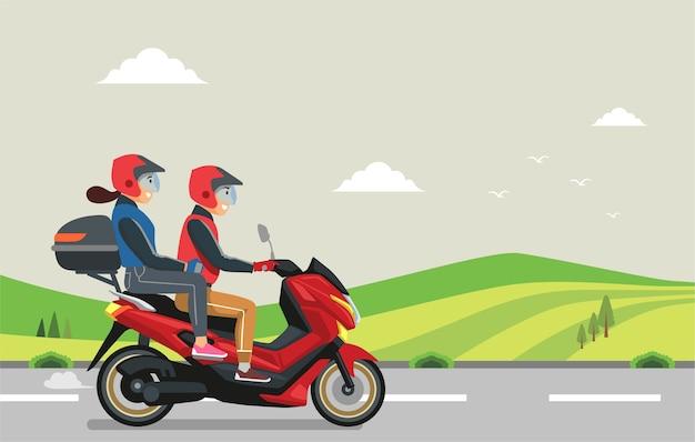 O casal em uma motocicleta viajou para sua cidade natal.