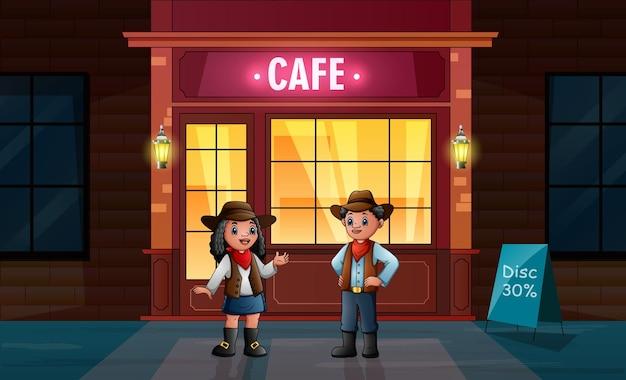 O cowboy africano e a cowgirl em frente ao café