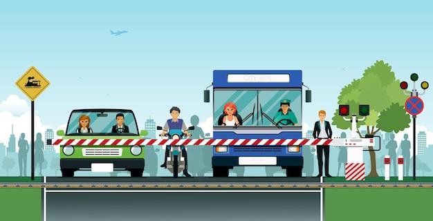 O cruzamento com o trem rodoviário com carros esperando com segurança.