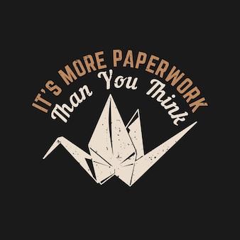 O design da camiseta é mais papelada do que você pensa, com origami de pássaro e ilustração vintage com fundo preto