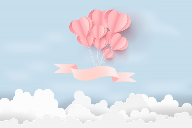 O dia de são valentim com balões dos corações flutua no céu.
