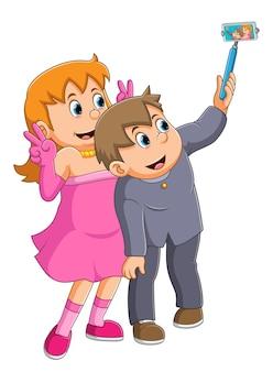 O doce casal com a fantasia de festa está fazendo a selfie da ilustração