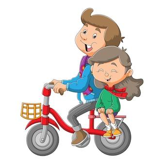 O doce casal está pedalando a bicicleta juntos para ilustrar