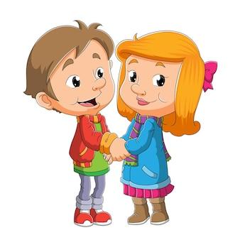 O doce jovem casal com a fantasia de inverno está se abraçando para ilustrar
