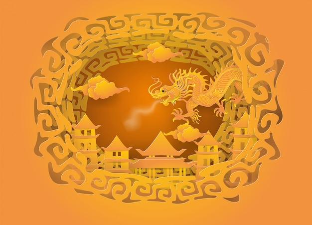O dragão dourado no céu vai à cidade de china.