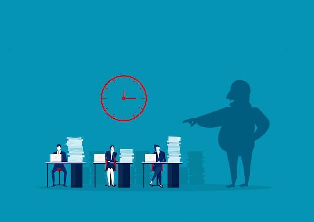 O empregador comando sombra empregado trabalho duro no escritório