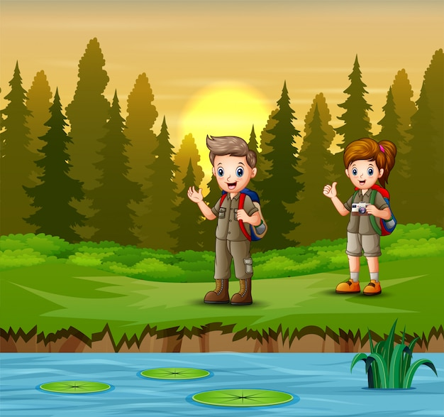 O escoteiro e a menina descansam à beira do rio