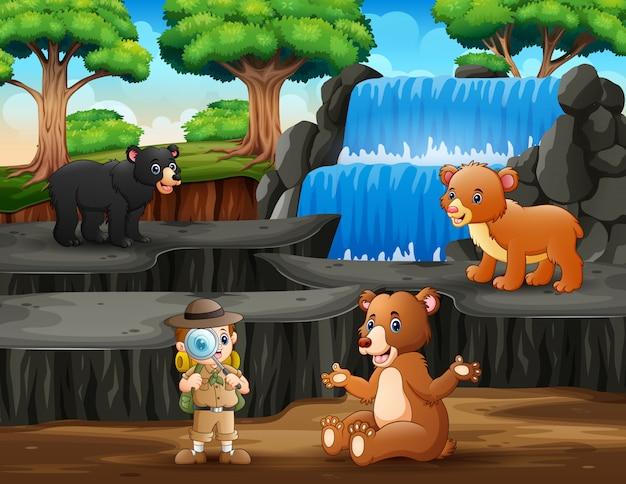 O explorador com ursos na natureza