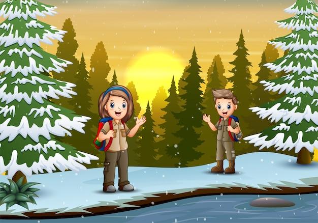 O explorador na paisagem de inverno