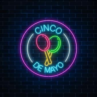 O feriado de néon brilhante sinco de mayo assina dentro quadros do círculo no fundo escuro da parede de tijolo. design de folheto festival mexicano.