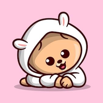 O filhote de cachorro bonito do pomeranian está vestindo uma mascote dos desenhos animados de hoody mais doce branco.