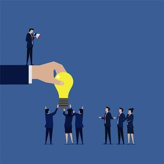 O gerente empresarial tem uma idéia e fala para o empregado