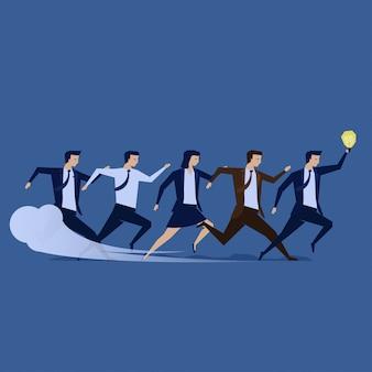 O grupo da equipe do homem de negócios corre junto à meta da empresa.