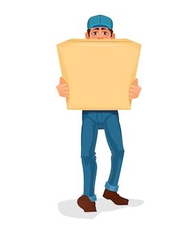 O homem carrega uma caixa de papelão