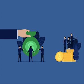 O homem de negócios dá o saco do dinheiro ao banco da dívida para a compensação.
