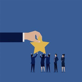 O homem de negócios deu estrela para avaliação de avaliação.