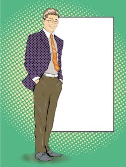 O homem de negócios fica ao lado da placa branca em branco. ilustração retro do estilo da banda desenhada do pop art.