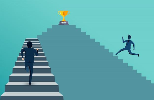 O homem de negócios que compete corrido acima na escadaria vai ao objetivo do troféu.