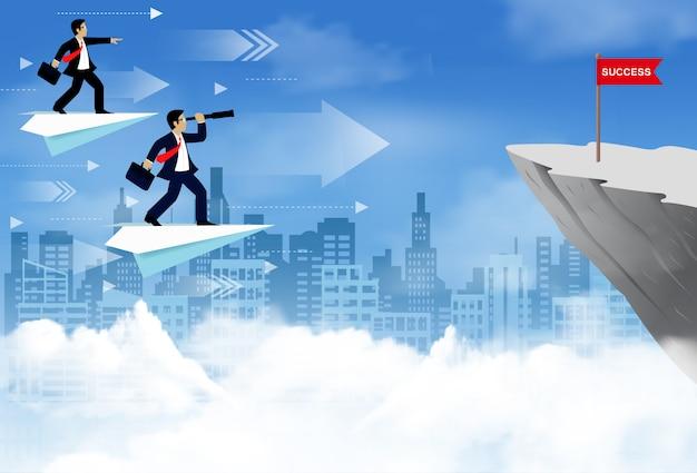 O homem de negócios que está em um avião de papel que flutua no céu vai para embandeirar o vermelho no penhasco.