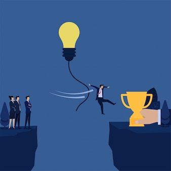 O homem de negócios salta com corda do balão da ideia à metáfora do troféu do risco do desafio.