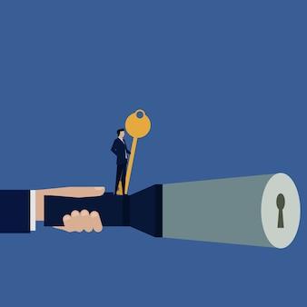 O homem de negócios vê o buraco da fechadura ficar guardando a chave do sucesso.