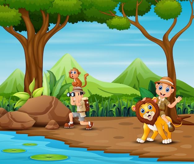 O homem do explorador com animais na floresta