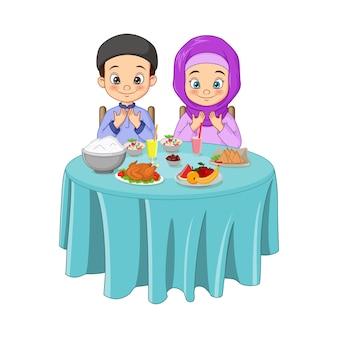 O homem e a mulher muçulmanos oram juntos antes do iftar