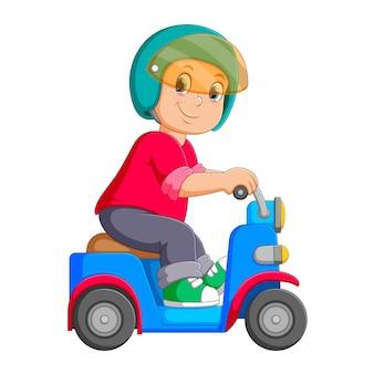 O homem está andando na scooter azul com o capacete