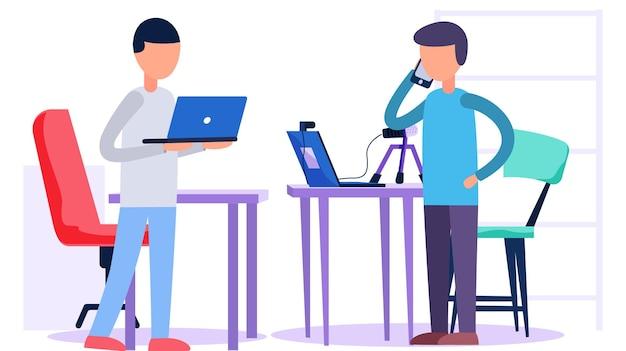 O homem está falando ao telefone. o cara trabalha em um laptop.