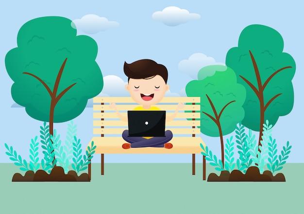 O homem novo relaxa após o trabalho em um portátil que senta-se em uma pose dos lótus ao ar livre. freelancer medita sentado no balanço.