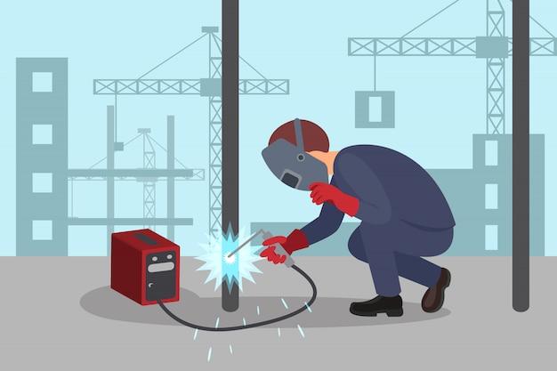 O homem solda a construção de aço pela máquina de solda. soldador profissional no trabalho. guindastes de elevação e edifícios em segundo plano.