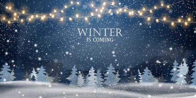 O inverno está chegando. natal, noite, paisagem de snowy woodland. paisagem de inverno férias para feliz natal com abetos, floresta de coníferas, luz, neve, flocos de neve. cena de natal. feliz ano novo.
