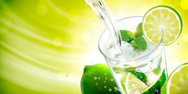 O líquido derramando no mojito com limão e balas no fundo verde