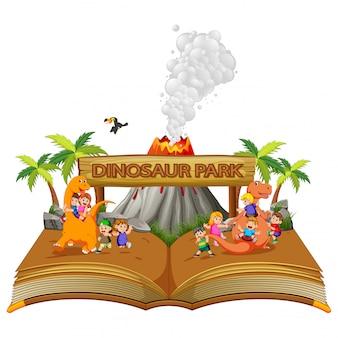 O livro de histórias das crianças brincando com o dinossauro