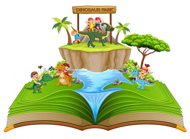 O livro de histórias verde do parque de dinossauros com as crianças brincando perto do rio
