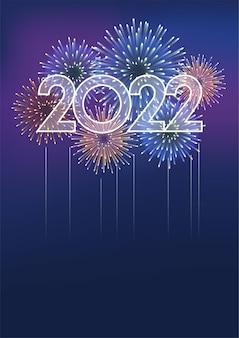 O logotipo do ano de 2022 e fogos de artifício com espaço de texto em um fundo escuro comemorando o ano novo