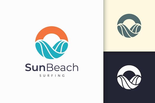 O logotipo do oceano ou do mar em ondas de água abstratas e o sol representam aventura