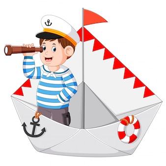 O marinheiro está segurando os binóculos no papel do navio