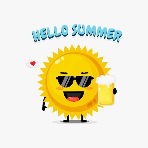 O mascote do sol traz uma cerveja com saudações de verão