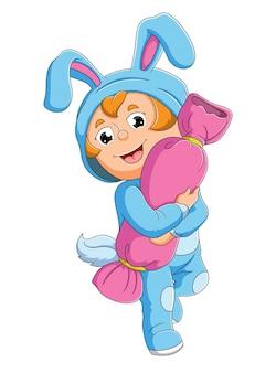 O menino com a fantasia de coelho abraça o doce da ilustração