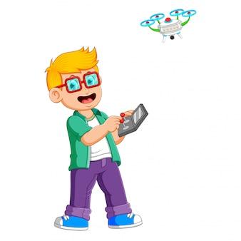 O menino com os óculos está jogando com drone