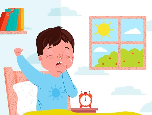 O menino da criança pequena acorda na manhã. interior de quarto de criança. janela com dia ensolarado.