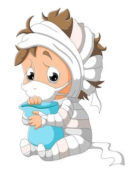 O menino doente com a máscara está usando a fantasia de múmia da ilustração