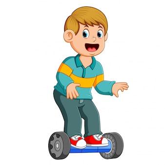 O menino está de pé sobre o equilíbrio inteligente elétrico de scooter