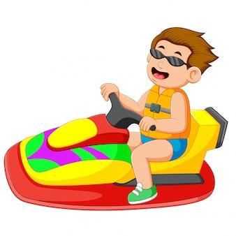 O menino está montando o jet ski
