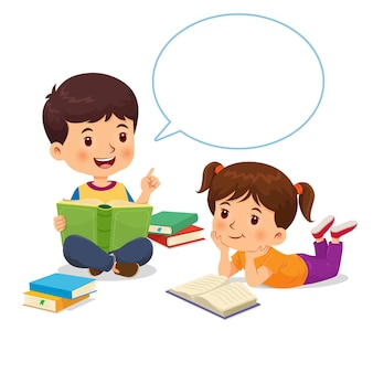 O menino estava contando a história do livro com balão de fala para a menina que ouvia com atenção.