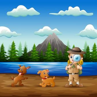 O menino explorador com seus animais de estimação na natureza